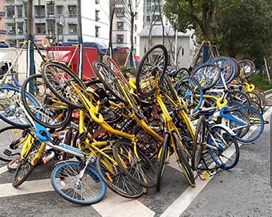 """上百辆共享单车扭成一团丢街头 似巨型""""钢丝球"""""""