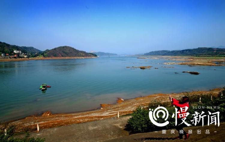 △南岸广阳岛长江河面透出几分高原湖水的秀美