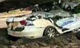 重型货车超车侧翻压扁路旁教练车 致车内5人死亡