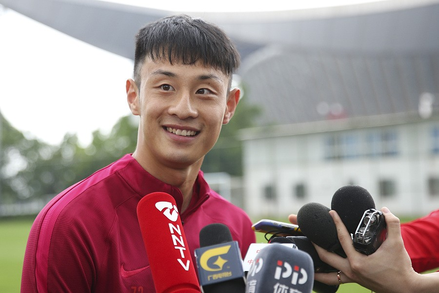 """国足集结备战中国杯 """"新人""""彭欣力:期待跟贝尔过招"""