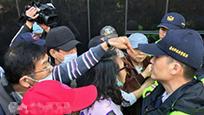 台湾反年改团体冲击立法机构 两退役将领受伤