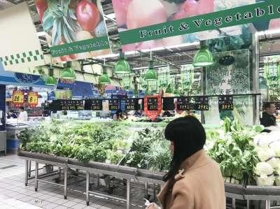 """市场上""""3元线""""以内蔬菜""""唱主角""""(陈高君/摄)"""