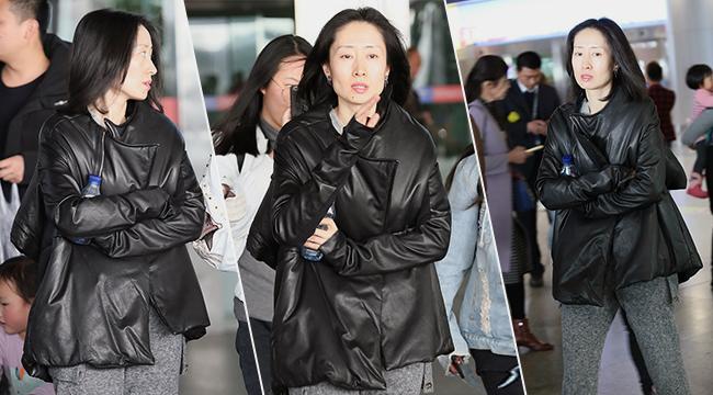 42岁刘敏涛不惧素颜出镜 双手抱臂与粉丝畅聊