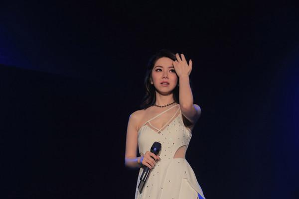 邓紫棋连续两天演唱会现场崩溃大哭 感谢歌迷给予勇气