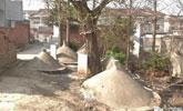 一户人家被19座坟墓包围:开门见坟 最近半米
