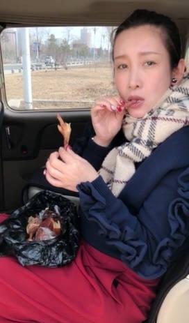 秦海璐大快朵颐吃烧鸡 网友:女神把自己吃成了表情包
