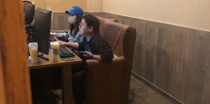 网友拍到江姓当红女星与男性朋友网吧打游戏
