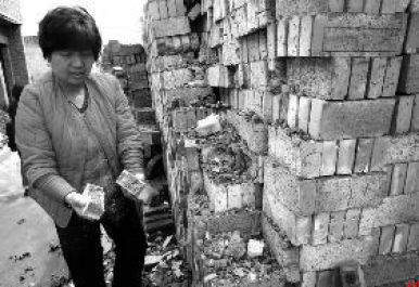 西安村民盖新房买到豆腐砖 一捏就碎