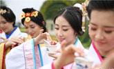中国空乘招募大赛选手穿汉服学茶艺