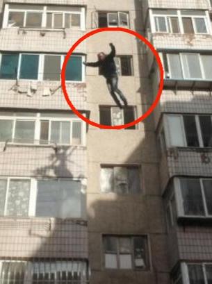 男子纵身跳下六楼一幕