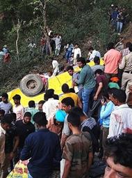 印度校车坠入峡谷致30人死亡