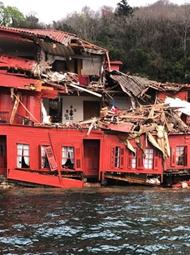 土耳其:油轮失控撞上海边古宅