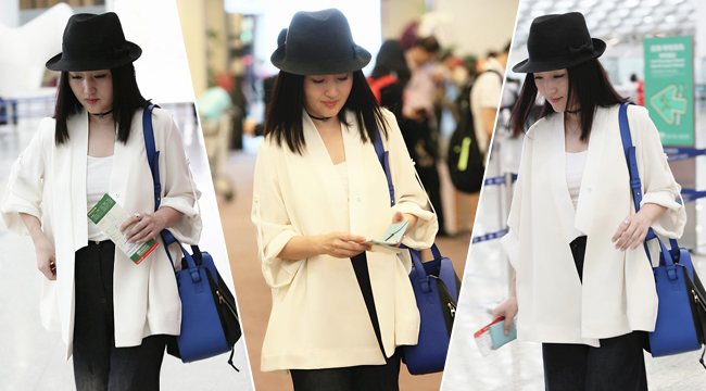 47岁杨钰莹休闲装扮现身 白衣黑裤配爵士帽少女十足