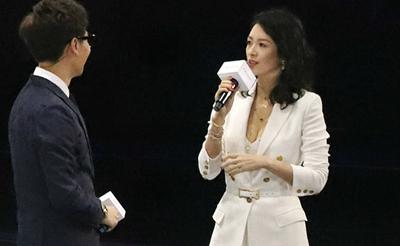 章子怡露事业线身材火辣 白西装优雅知性