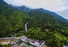 江西铅山畲乡风景秀丽 航拍百米瀑布飞流直下
