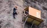开在悬崖峭壁上的商店 游人飞檐走壁买水喝