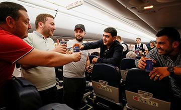 总理宣布辞职 民众飞机上举杯庆祝