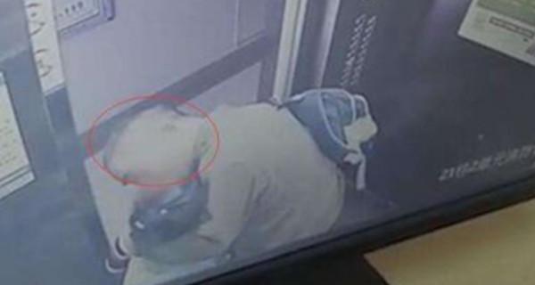 广东一60多岁男子电梯内强吻女童 网友: 为老不尊