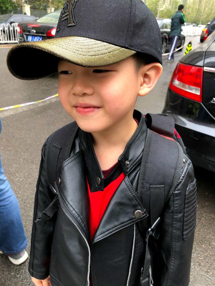 胡可晒安吉上学照 棒球帽配黑皮衣帅破天际