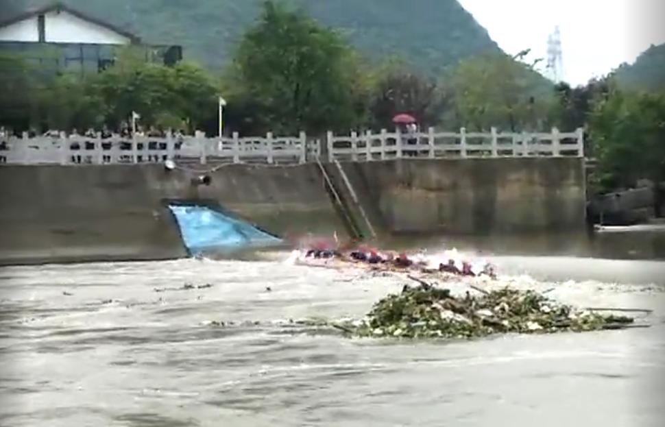 广西两艘龙舟翻船致17死现场画面