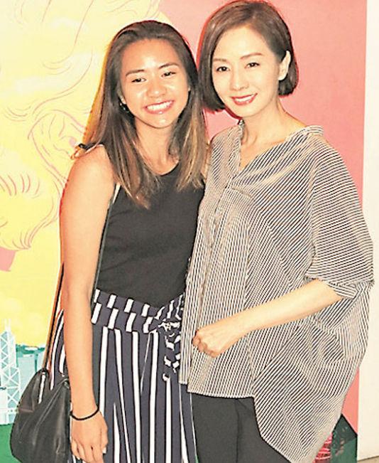 59岁毛舜筠带小女儿出席首映 母女俩同框好似姐妹
