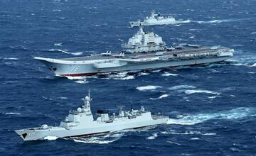 """3艘日本军舰紧盯中国航母编队 其中1艘是""""冤家"""""""
