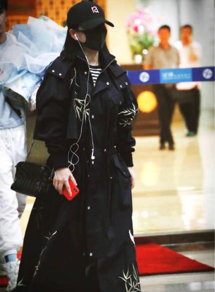 谢娜产后机场露面回归《快本》 包裹严实身形仍纤细