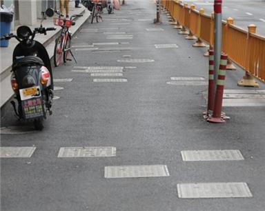 """杭州百米小路竟有104个井盖 自行车被迫""""风骚走位"""""""