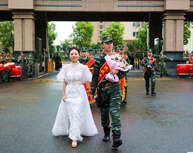 武警申请执行任务错过婚礼 妻子穿婚纱迎接他(图)