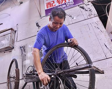"""长沙城最后一家自行车修理店:曾经""""数钱数到手软"""""""
