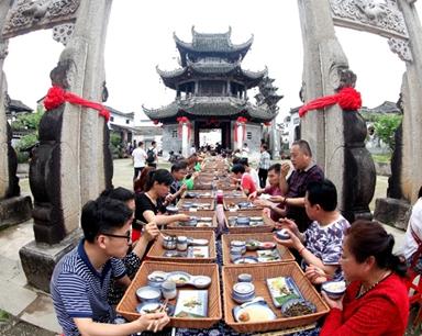 """古镇再现""""长街宴"""" 上千游客品徽菜"""