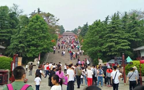 游人井喷 芒砀山旅游区五一节欢乐火爆