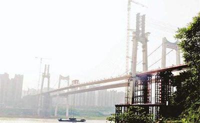 重庆:世界最大跨度自锚式悬索桥在长江上合龙