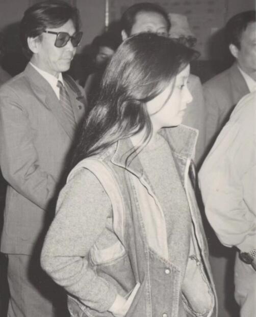邓婕回顾三十年前长发造型 旧照背景里的张国立亮了