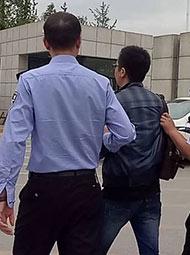 干警从政府铐走2名公职人员