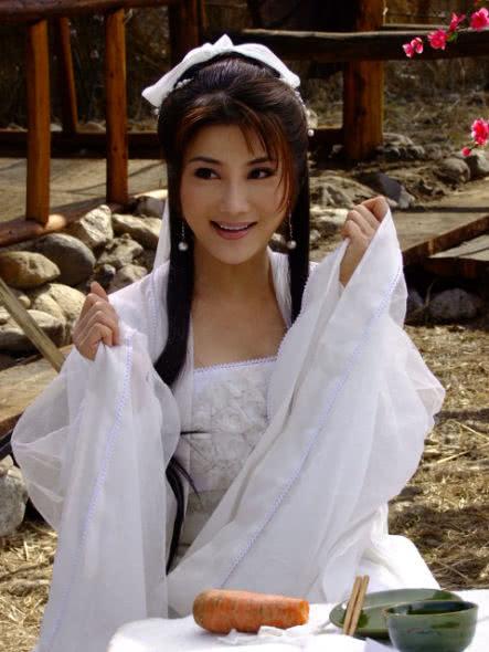 武打女神杨丽菁姐弟恋告吹 上月还被拍到蹭臀看电影