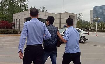 陕西干警从政府大楼铐走2名公职人员