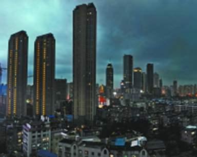 武汉暴雨过后 城区上空风起云涌