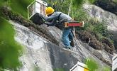 养蜂人在150米悬崖上养