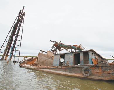 余干打击非法采砂 扣押3艘大型采砂船(图)