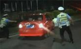 男子持摩托车驾照开汽车 路遇交警检查疯狂倒车