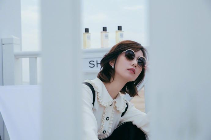 劉詩詩拍寫真精致妝容 優雅淺笑詮釋人比花嬌