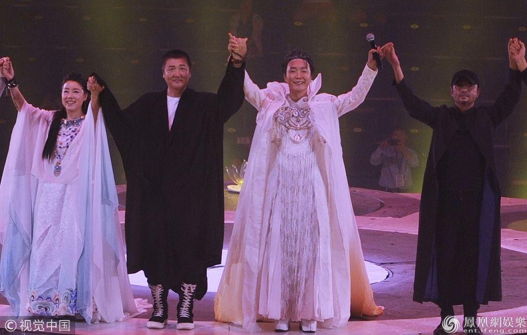 李玉刚长裙翩翩似仙子 与孙楠同演舞台剧台上热拥