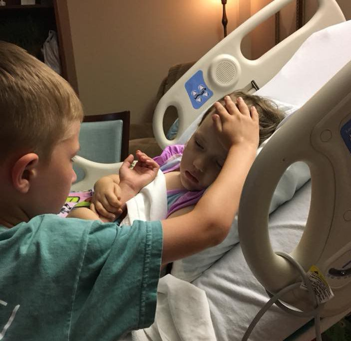心碎!妹妹病逝前 6岁小哥哥与她最后的道别
