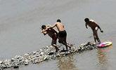 男孩意外沉入江底 男子用8分钟展开教科书式营救