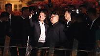 金正恩夜游新加坡公园 来数数他的保镖有多少