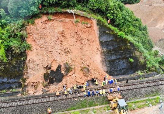皖赣铁路景德镇段发生山体滑坡