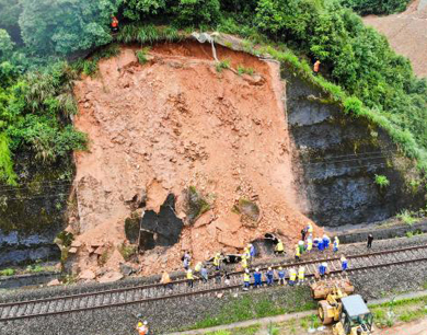 皖赣铁路景德镇段发生山体滑坡 挖出土方600方
