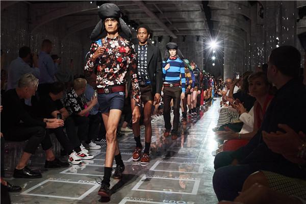 戴雷锋帽的Prada男孩们穿着超超超短裤走来 是冷还是热?