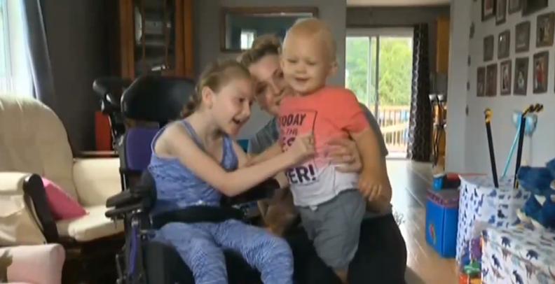 1岁半弟弟溺水 9岁脑瘫姐姐救了弟弟一命